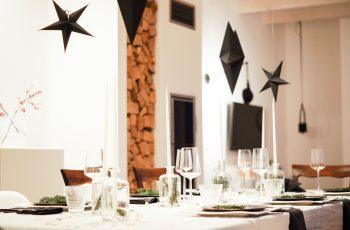 Weihnachtsdinner in schwarz-weiß